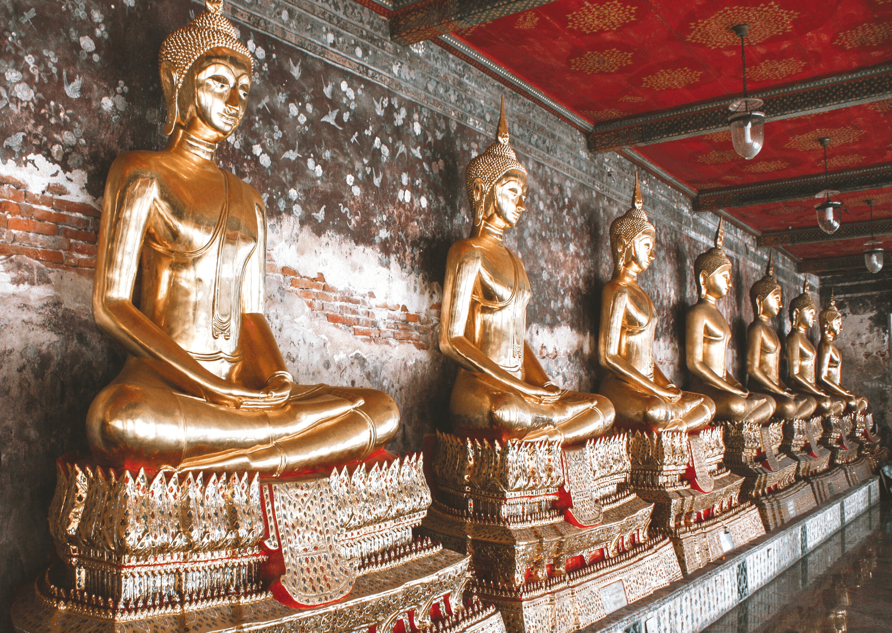 golden buddhas in a line